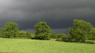 Burze, intensywne opady. IMGW ostrzega