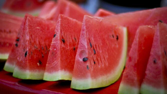 Czy powinniśmy jeść pestki owoców?