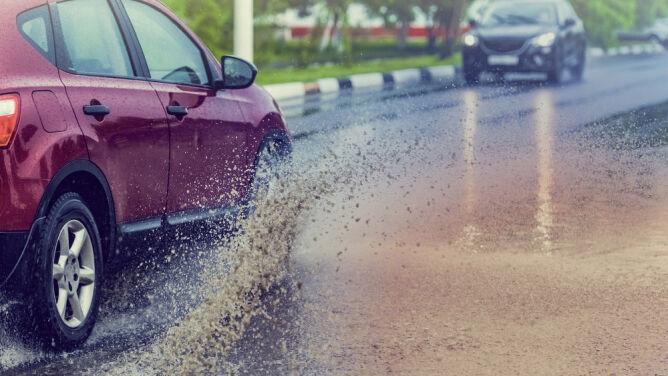 Deszcz i silny wiatr miejscami utrudnią jazdę